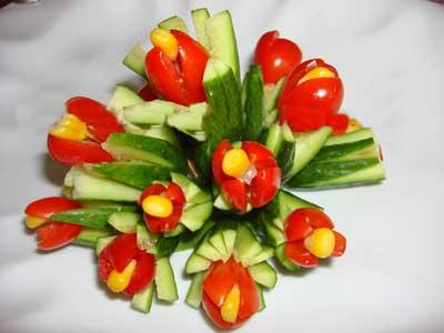 تزئین خیار و گوجه فرنگی مدل گل لاله