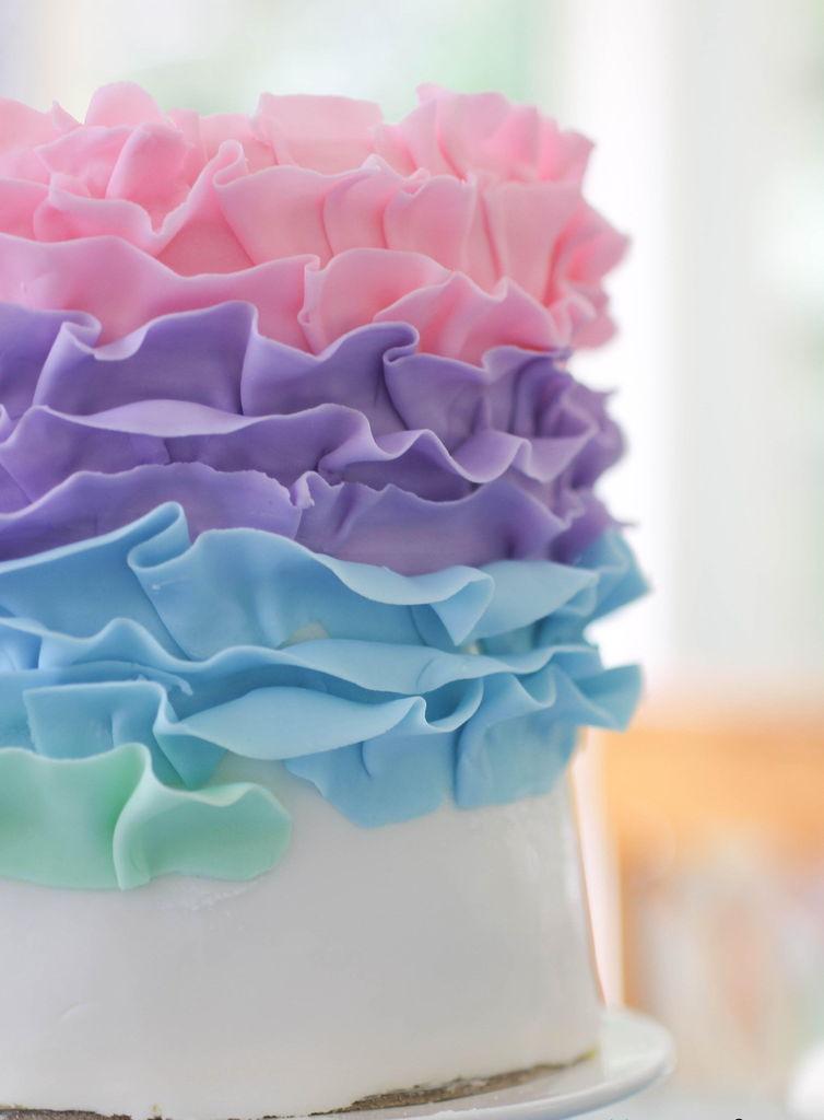 آموزش تصویری تزیین کیک تولد, تزیین کیک تولد, تزیین کیک تولد خانگی, تزیین کیک تولد ساده ,روش تزیین کیک تولد, مدل تزیین کیک تولد, آموزش تزیین کیک ,تزیین کیک خانگی, تزیین ساده کیک, تزیین روی کیک, تزیین کیک به شکل ماشین, تزیین کیک به شکل رنگین کمان