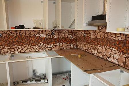 کار با کاشی شکسته روی کاشی آشپزخانـه آموزش تزئین دیوار آشپزخانـه با کاشی شکسته mimplus.ir
